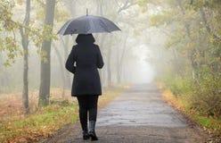 有黑色伞的妇女 免版税库存图片