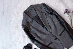 有黑色的灰色夹克在白色毛皮 秀丽蓝色聪慧的概念表面方式构成妇女 免版税库存照片