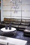 有黑色皮革沙发的简单的空间 免版税库存图片