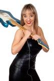 有黑色皮革礼服的性感的吉他弹奏者 免版税图库摄影