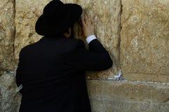 有黑色衣服的一个judean人祈祷在耶路撒冷/以色列的 免版税图库摄影