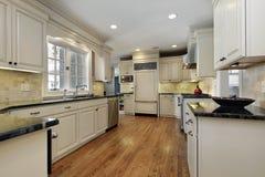 有黑花岗岩柜台的厨房 库存图片