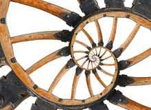 有黑金属托架的,铆钉抽象螺旋木无盖货车大炮轮子 轮子木轮幅分数维背景 马车 免版税库存图片