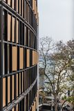 有黑钢和木板材的外部装饰的墙壁有树的在旅馆背景中在清迈,泰国 免版税图库摄影