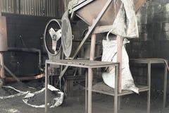 有鼓的机器粉化的碳化的椰子壳 免版税库存图片