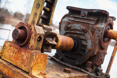 有齿轮的老生锈的引擎,特写镜头照片 免版税库存照片