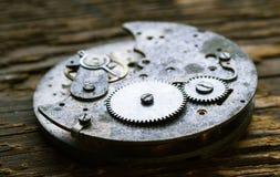 有齿轮的老钟表机构在背景 免版税库存照片