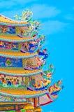 有龙的中国寺庙在屋顶 库存图片