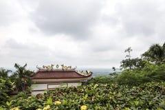 有龙的传统亚洲佛教寺庙和位于合艾的菩萨纪念碑泰国 库存图片