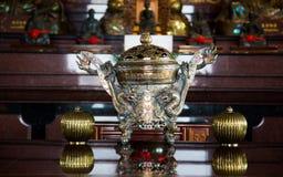 有龙的传统亚洲香炉 免版税库存图片