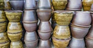 有龙的给上釉的水瓶子,背景 免版税库存照片