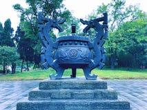有龙雕塑的一个古老文化遗产缸 库存图片