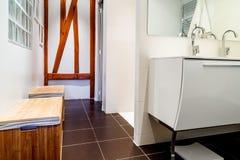 有龙头的现代卫生间在白色内阁 免版税库存照片