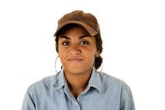 有戴一个棕色帽子的黑暗的脸色的偶然女孩 免版税库存照片