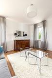 有给上釉的咖啡桌的明亮的室 免版税库存照片