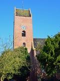 有18世纪塔的13世纪圣Ludgerkerk在Garnwerd 免版税库存照片