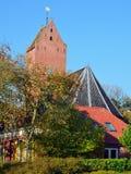 有18世纪塔的13世纪圣Ludgerkerk在Garnwerd 图库摄影