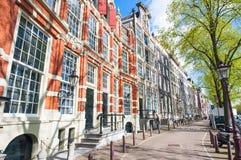有17世纪居民楼的阿姆斯特丹街道在市中心,荷兰 免版税库存图片