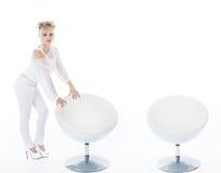 有整个椅子的美丽的妇女在白色 库存照片