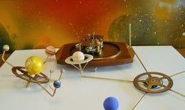 有10个行星的太阳系仪时钟 库存照片