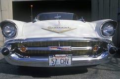 有读57个CHV的华盛顿牌照的一辆白色1957年薛佛列敞篷车 库存照片