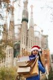 有购买的妇女反对Sagrada familia 免版税图库摄影