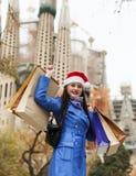 有购买的妇女反对Sagrada familia 图库摄影