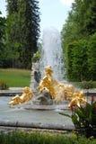 有水体的金黄喷泉,在Linderhof城堡前面在巴伐利亚(德国) 免版税库存图片