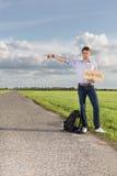 有任何地方标志的打手势在乡下的年轻人全长画象  免版税库存照片