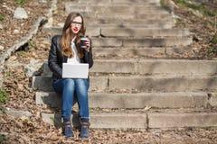有年轻俏丽的妇女在台阶的咖啡休息 免版税库存照片