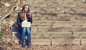 有年轻俏丽的妇女在台阶的咖啡休息 库存图片