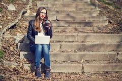有年轻俏丽的妇女在台阶的咖啡休息 免版税库存图片