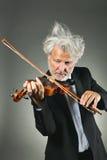 有翻倒白发的资深小提琴手 免版税库存照片
