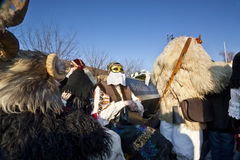 有戴假面具的人的狂欢节棺材'Busojaras的',冬天的葬礼狂欢节  免版税库存图片