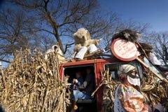 有戴假面具的人的狂欢节汽车'Busojaras的',冬天的葬礼狂欢节  免版税库存图片