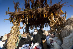 有戴假面具的人的狂欢节汽车'Busojaras的',冬天的葬礼狂欢节  免版税库存照片