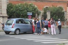 有婴儿推车的事故步行者乘汽车击中了 库存图片