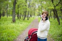 有婴儿车的妇女 免版税库存图片