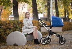 有婴儿车的母亲新出生的 图库摄影