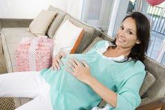 有婴儿送礼会礼物的孕妇 库存照片