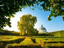 有巴洛克式圆形建筑的花园迷宫在Kromeriz 免版税库存图片
