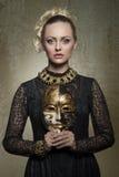 有巴洛克式的哥特式服装的妇女 库存图片