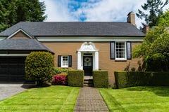 有经典入口和俏丽的landscapi的现代砖房子 库存照片