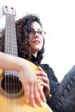 有经典吉他的吉他弹奏者妇女 免版税库存照片