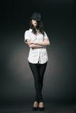 有黑经典帽子的美丽的深色的女孩 库存照片