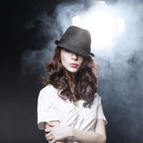 有黑经典帽子的美丽的深色的女孩 免版税库存图片