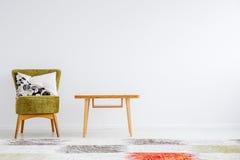 有经典木桌的室 库存图片