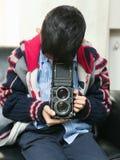 有经典照相机的孩子 免版税库存照片