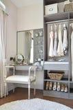 有经典白色椅子和梳妆台的化装室 免版税库存照片