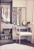 有经典白色椅子和梳妆台的化装室 免版税图库摄影